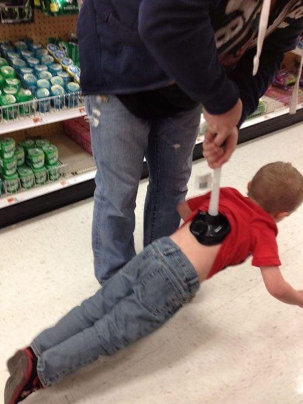 Sposób na zabranie dziecka z działu z zabawkami