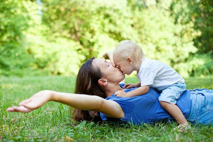 Rodzice traktują dziecko z czułością