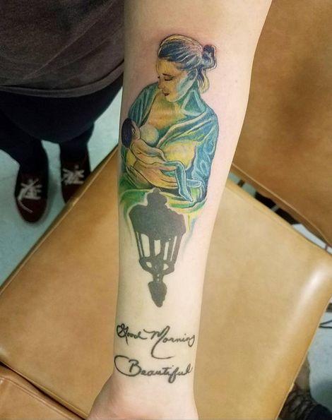 Tatuaże przedstawiające karmiace matki to symbol walki o pełnię praw