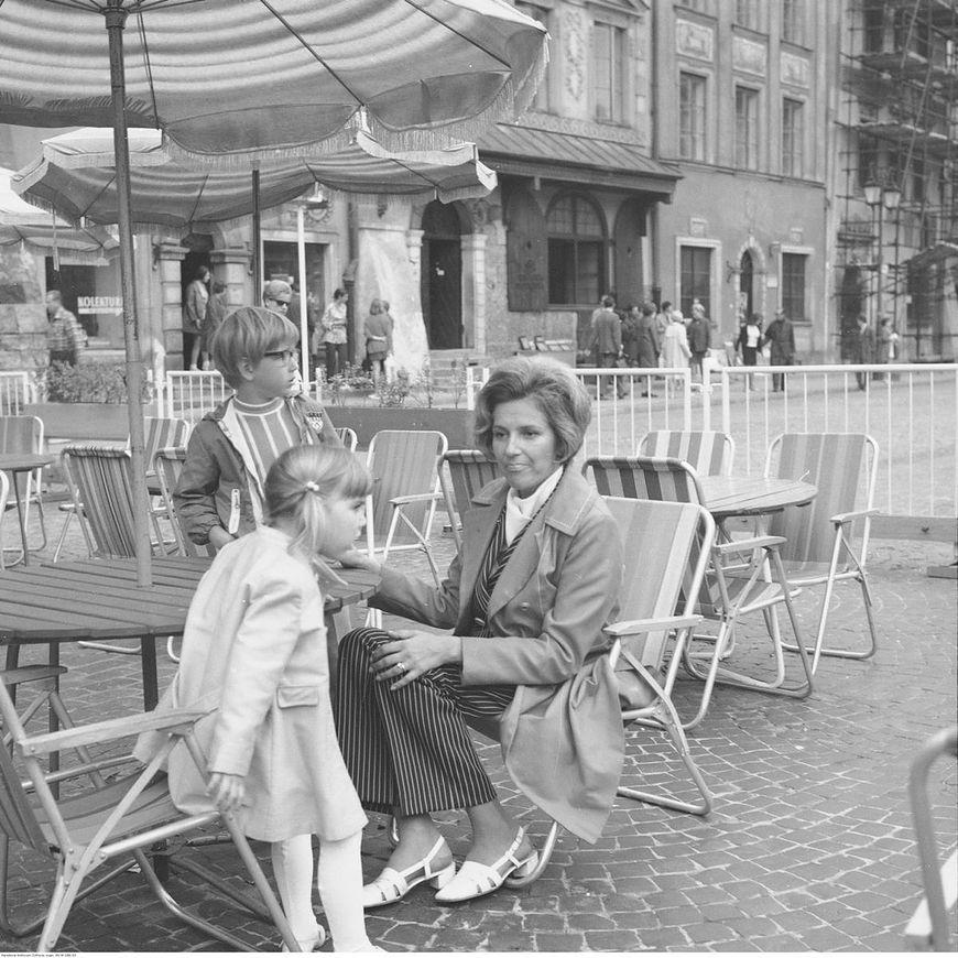 Przy stoliku w ogródku kawiarnianym na Rynku Starego Miasta