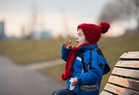 Jak radzić sobie z mokrym kaszlem u dziecka?