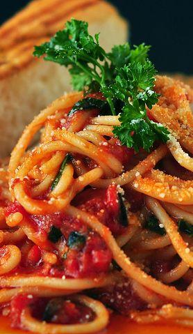 Pyszny przepis na makaron z pomidorami i szpinakiem