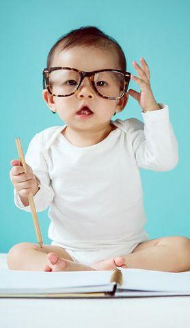 Dowiedz się, które etapy w rozwoju małego dziecka są najważniejsze i dlaczego