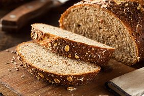 Chleb wieloziarnisty i pełnoziarnisty to nie to samo. Zobacz, jakie mają właściwości