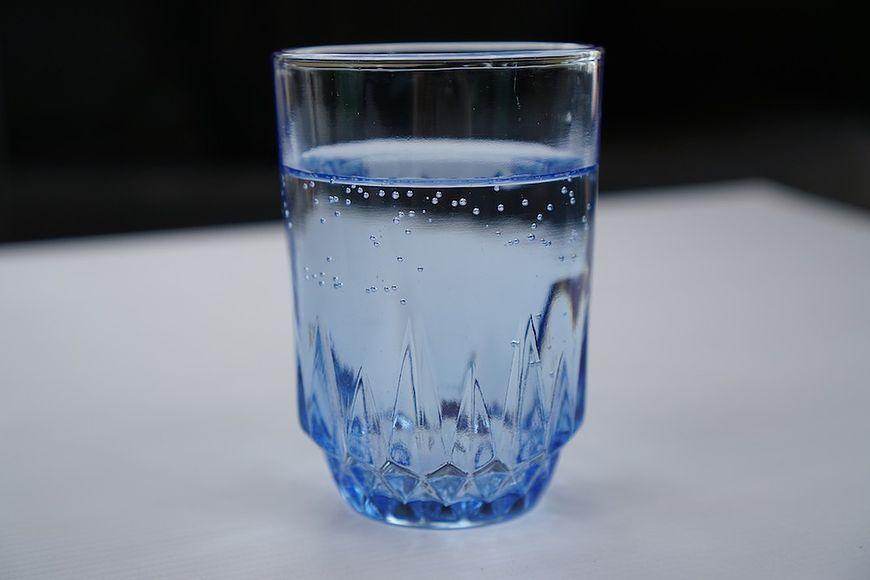 Ciepła woda z cytryną to świetny sposób na nawodnienie organizmu