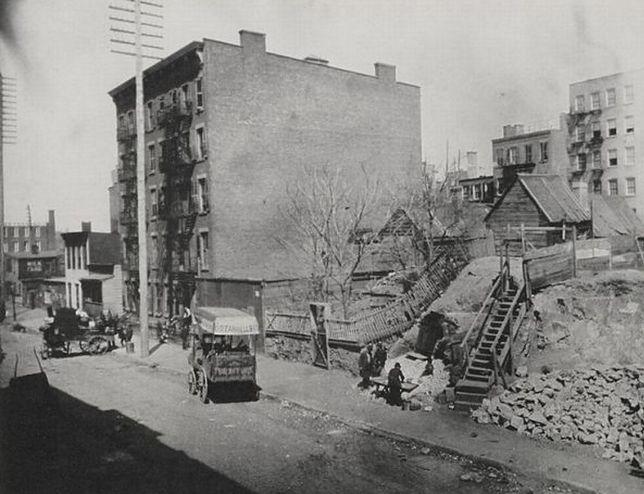 Szacuje się, że w 1865 r., gdy nowojorska populacja liczyła niespełna milion osób, w mieście było około 15 tysięcy takich budynków, wynajmowanych przez najuboższych