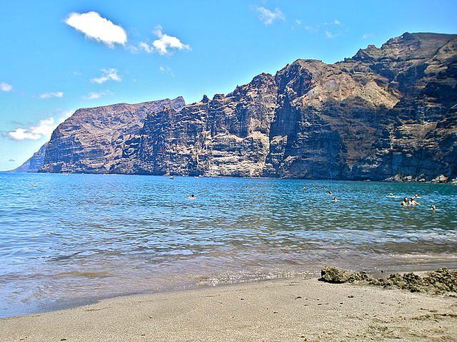 Piękna plaża z widokiem na Los Gigantes