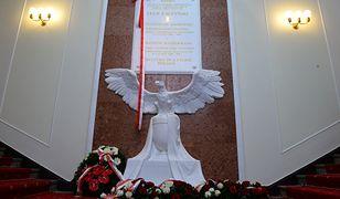 Tablica upamiętniająca trzech polityków PiS odsłonięta w ubiegłym roku w KPRM