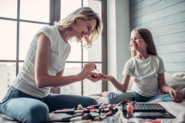 """Trudno wytłumaczyć dziecku, któremu pozwalamy malować paznokcie, że na komunii """"nie wypada"""""""