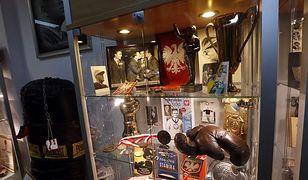 Rękawice bokserskie Feliksa Stamma, medal z Tokio, worek treningowy. W Hali Gwardii otwarto Muzeum Boksu