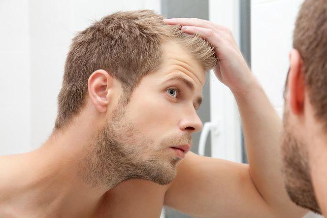 Problem wypadania włosów u mężczyzn jest w znacznej mierze odwracalny, dlatego warto poznać najpopularniejsze metody walki z tą przypadłością