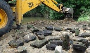 Niezwykłe znalezisko pod Częstochową - żydowskie nagrobki na dnie rzeki