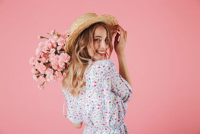 Sukienki w kwiaty są obecnie największym hitem.
