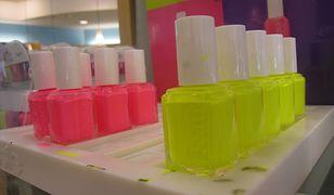 Neonowe paznokcie pomalowane różowym lub żółtym kolorem przyciągną uwagę