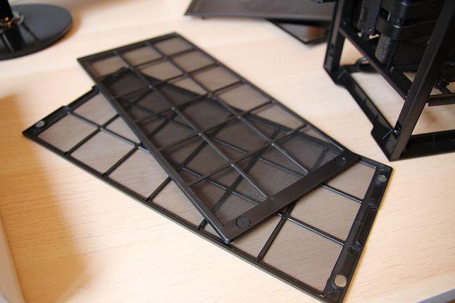 W zestawie mamy dwa filtry zasłaniające AIO, zasilacz oraz GPU. Zaczep magnetyczny.