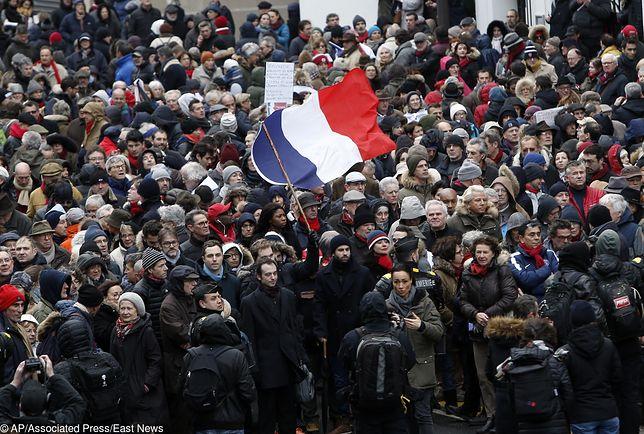 """Paryż. Marsz """"czerwonych szalików"""" przeciw przemocy """"żółtych kamizelek"""""""