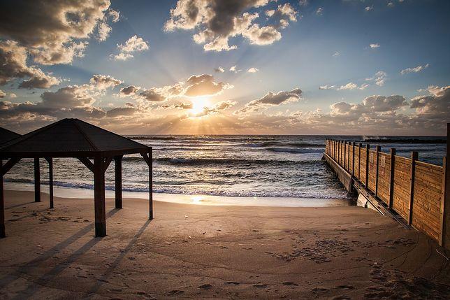 Zachód słońca na plaży w Tel Awiwie widok na Morze Śródziemne