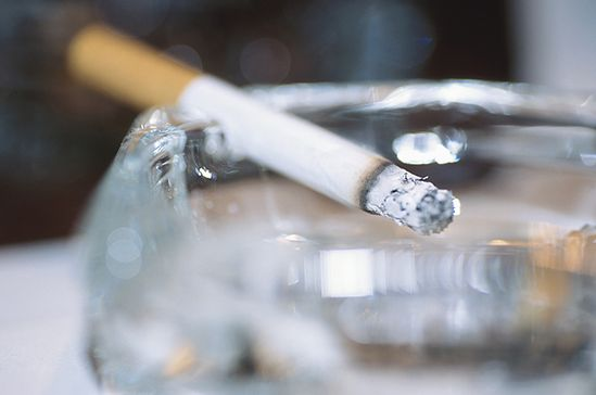Palimy coraz mniej papierosów