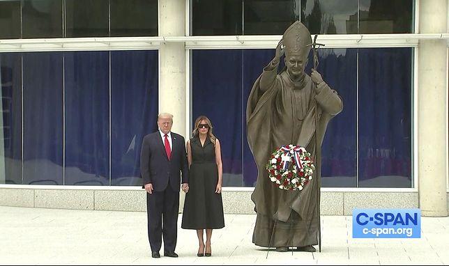 USA. Donald Trump i Melania Trump przed pomnikiem Jana Pawła II w Waszyngtonie