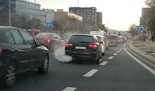 Samochody w kiepskim stanie to szara codzienność polskich ulic
