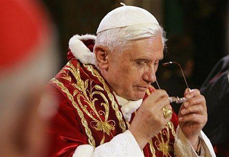 Benedykt XVI: świat i Kościół potrzebują świętych kapłanów