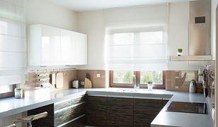 Kuchenne okna umieszczone nad blatem często osłania i ozdabia się delikatnymi roletami