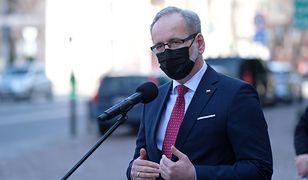 """Koronawirus. Minister zdrowia o wakacjach. Adam Niedzielski: """"Normandia"""" za nami"""