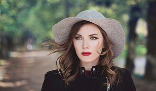 Najmodniejsze bedą naturalne, jasne refleksy na średnio ciemnych włosach