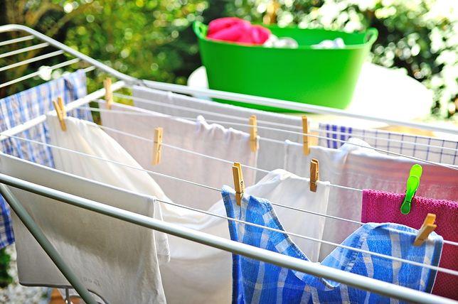 Suszarki na pranie w sezonie wiosennym można postawić na tarasie albo balkonie