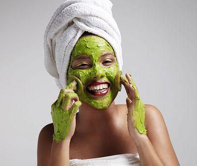 Maseczka z glinki zielonej wciąż pozostaje popularnym sposobem na codzienną pielęgnację skóry twarzy.