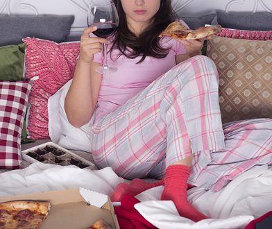 Ze zbliżającą się miesiączką często radzimy sobie za pomocą niezdrowego jedzenia i wina