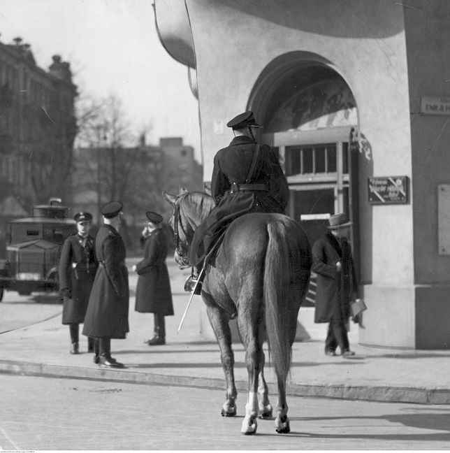 Policjanci patrolujący ulicę w 1936 roku