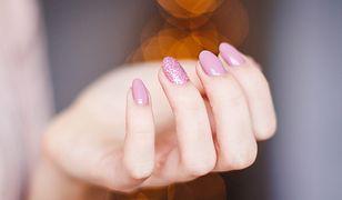 Możesz bezpiecznie usunąć żelowe paznokcie w zaciszu własnego domu.