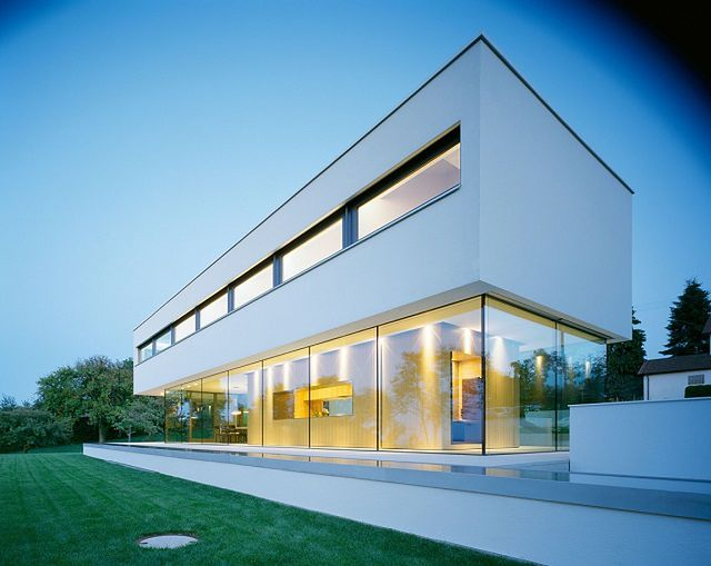 Nowoczesny dom jednorodzinny z wielkimi oknami