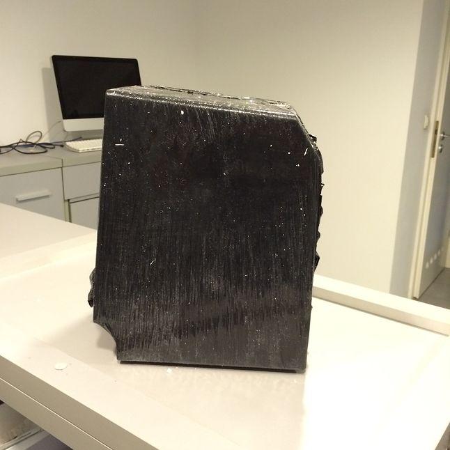 Wewnątrz tekturowego pudełka wypełnionego szczelnie ścinkami papieru znajdował się Classic, owinięty szczelnie czarną folią.