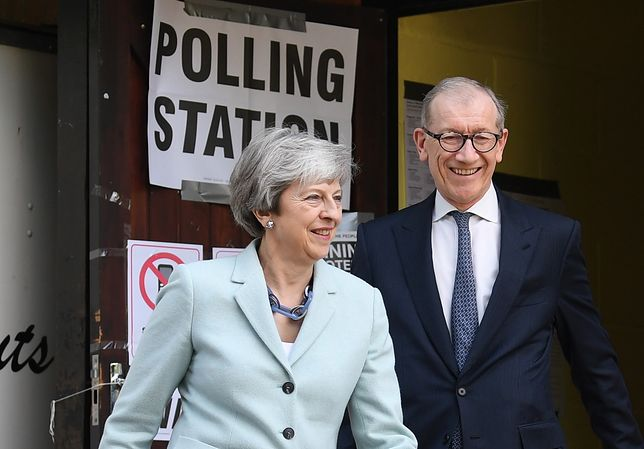 Theresa May i jej mąż przed lokalem wyborczym. Dobra mina do złej gry