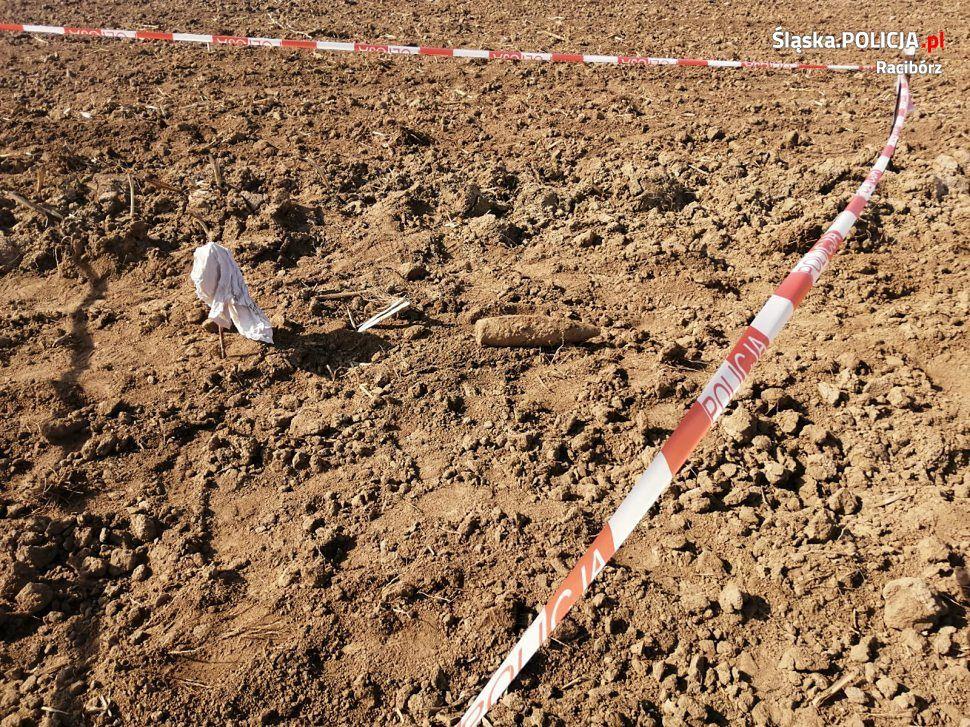 Śląsk. Rolnik w czasie robót polnych znalazł niewybuch.