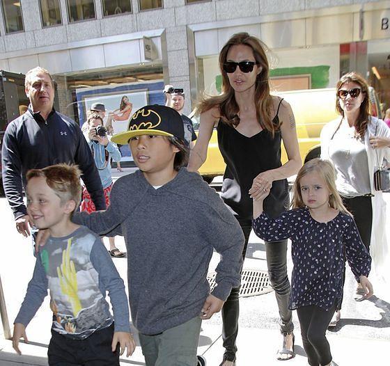 """Angelina Jolie nie daje sobie rady. """"Zamyka dzieci w domu i przekupuje zabawkami"""""""