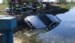 Z rzeki wyłowiono samochód. W środku dwa ciała