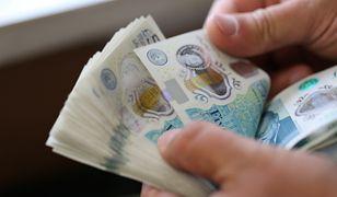 Ktoś rozdaje pieniądze przypadkowym ludziom. Policja szuka darczyńcy