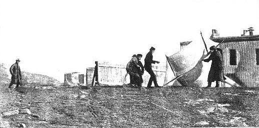 Marconi i pracownicy instalujący anteny w Nowej Fundlandii