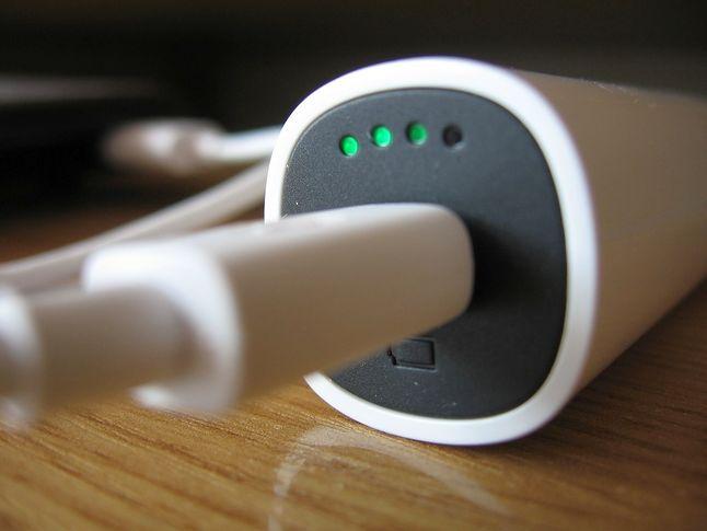 Ładowanie baterii z komputera (USB)