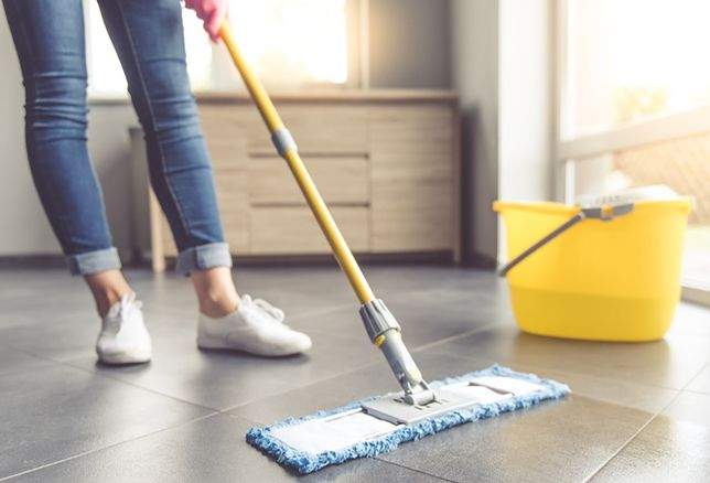 Laminowane panele są odporniejsze na wodę niż drewniana podłoga - do ich czyszczenia najlepiej użyć wilgotnej nakładki na mopa