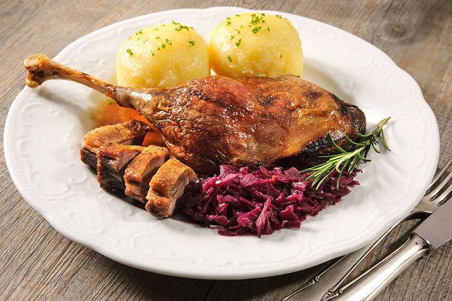 Gęsina obowiązkowo podawana w towarzystwie polskich dodatków i sosu.