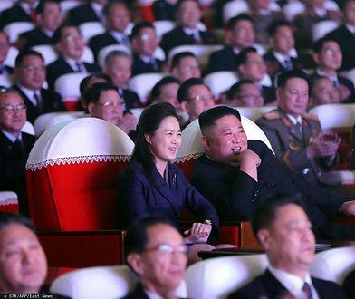 Korea Północna nie widziała jej od roku. Wróciła żona Kim Dzong Una