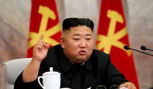 Koronawirus. Korea Północna bawi się w chowanego? Kim Dzong Un zaprzecza nowym infekcjom