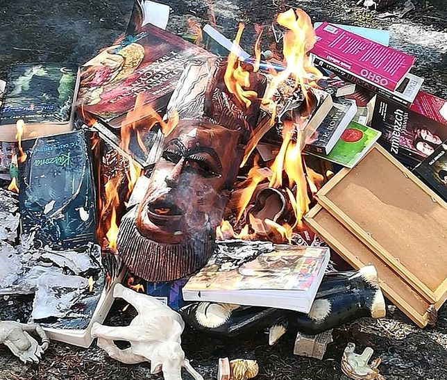 """Fundacja """"SMS do nieba"""" pochwaliła się akcją palenia książek i innych przedmiotów okultystycznych na swoim FB"""