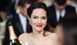 Angelina Jolie stawia na biel i odsłania ramiona. Aktorka niknie w oczach