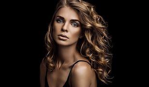 Cieniowanie włosów kręconych uwypukli ich naturalny skręt i wzmocni go