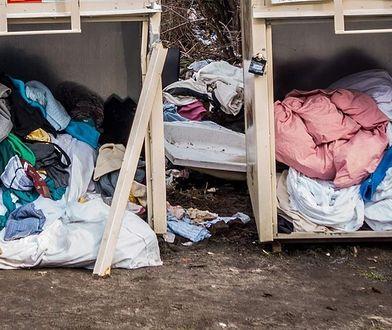 Stare ciuchy straszą. Nielegalne kontenery na odzież używaną problemem we Wrocławiu